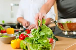 Saber cómo evitar la contaminación cruzada al cocinar reduce el riesgo de intoxicaciones alimentarias.