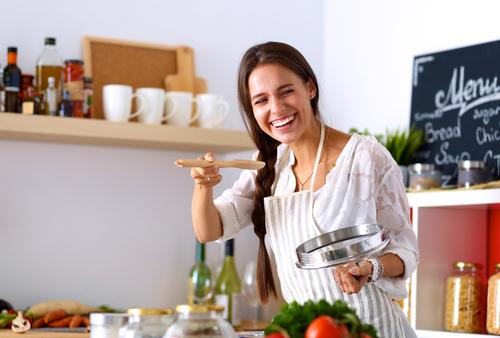 ¿Cómo nos comportamos los españoles en la cocina? Un estudio lo desvela